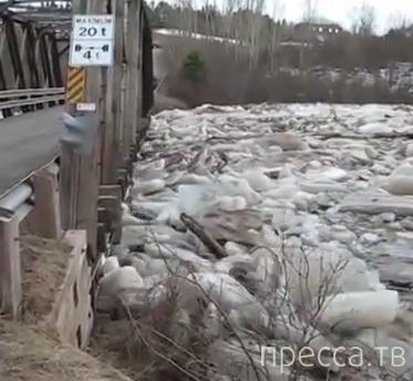 Лед на реке против моста...