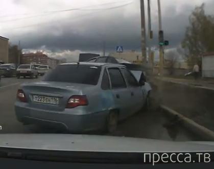 Повернул и врезался в стоящую машину... ДТП на ул. Журналистов, г. Казань