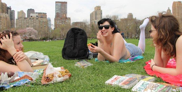 Книголюбы Нью-Йорка встретили первые теплые дни топлес (8 фото)
