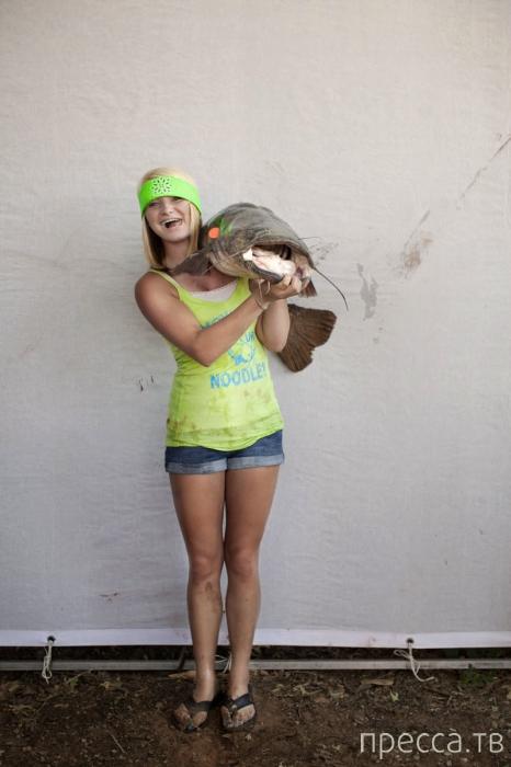 Okie Noodling турнир - поймай сома голыми руками (14 фото)