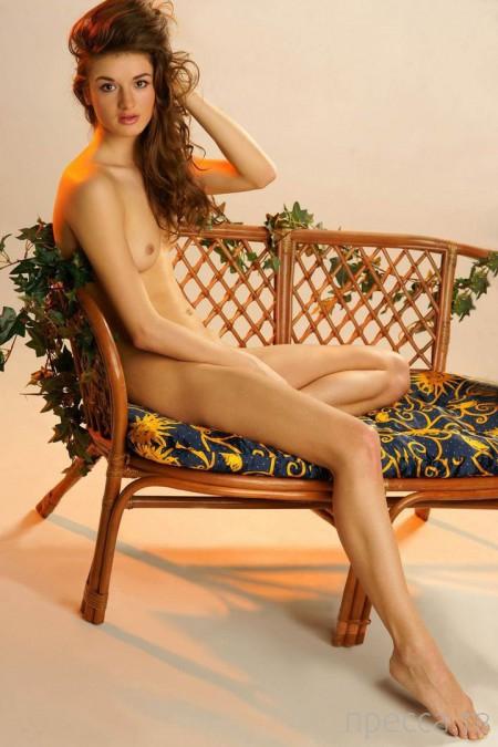 Стройная длинноногая красавица с маленькими сисями (20 фото)
