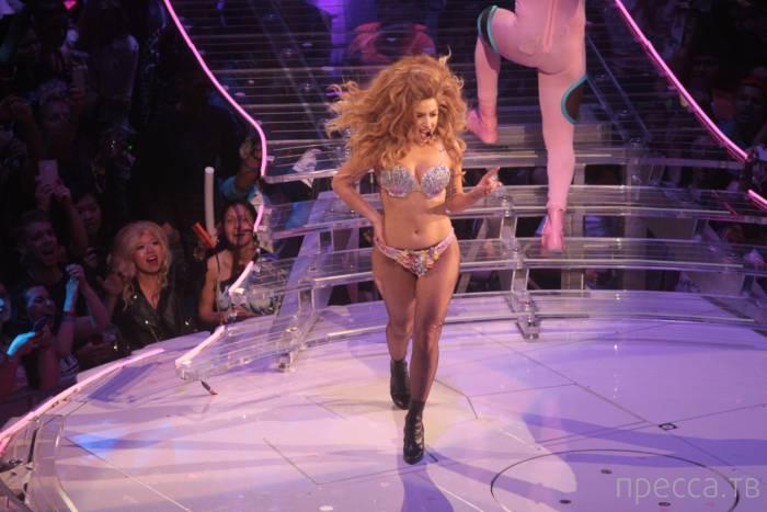 Леди Гага на концерте сверкнула голой грудью (16 фото)