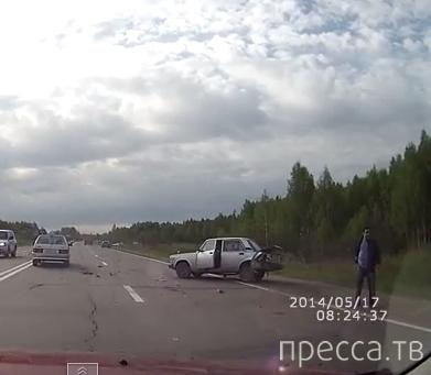 """Водитель """"Мазды""""решил развернуться через две сплошные и спровоцировал аварию...  ДТП в г. Ярославль"""
