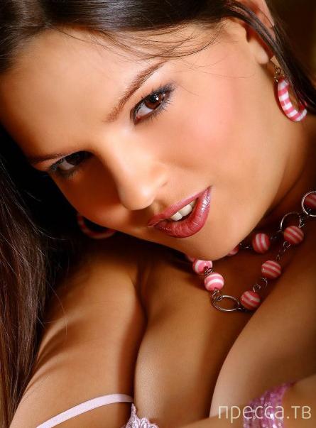 Очень красивая длинноволосая брюнетка (17 фото)