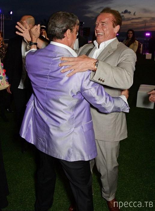 Арнольд Шварценеггер и Сильвестр Сталлоне повоторили танец через 24 года (4 фото)