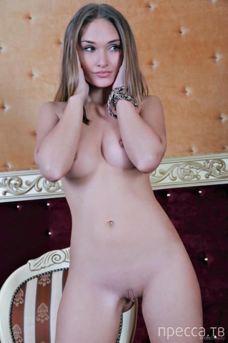 Красивая длинноволосая девушка с нежной грудью (18 фото)