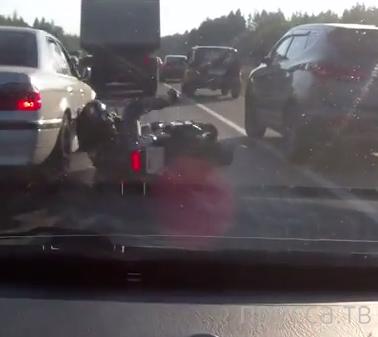 """Водитель """"БМВ"""" в зеркало не смотрел, подбил в междурядье мотоциклиста... ДТП на Минском шоссе, г. Москва"""