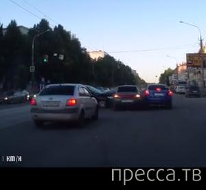 Бегущий на красный свет пешеход попал под колеса машины на трамвайных путях... ДТП в г. Самара
