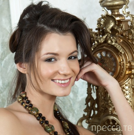 Улыбчивая брюнетка с красивой грудью (27 фото)