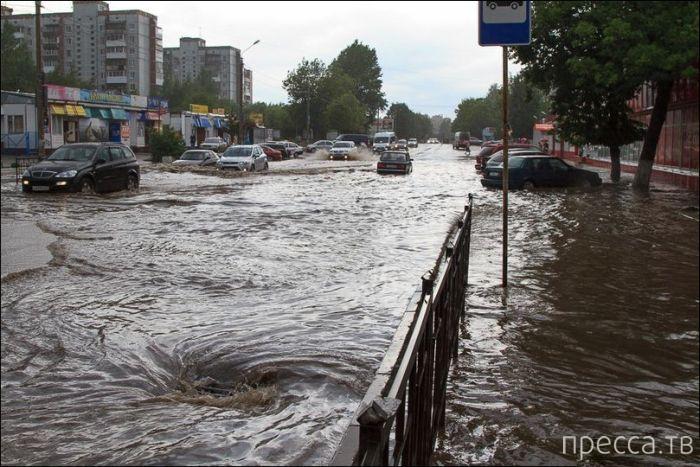 Наводнение в Смоленске после ливня с градом (32 фото)