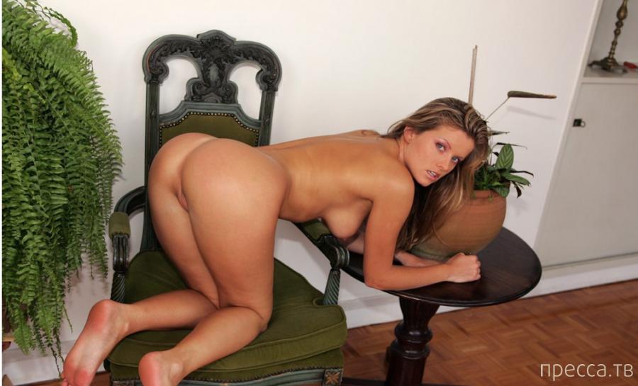Натуральная блондинка с красивыми сисями и упругой попкой (13 фото)