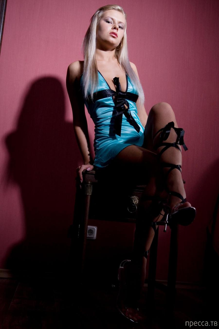 Откровенная блондинка с красивой грудью (16 фото)