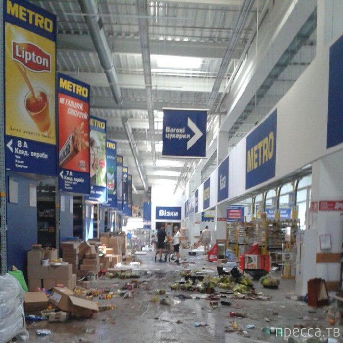 Разграбленный супермаркет в Донецке (14 фото)