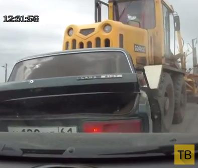 Грейдер заглох перед переездом, покатился назад и зацепил 5 автомобилей... ДТП на Северном переезде, г. Миллерово, Ростовская область