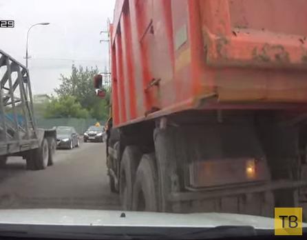 Водитель КАМАЗа сдает задом и не смотрит в зеркала... ДТП на ул. Западная, г. Одинцово, Московская область