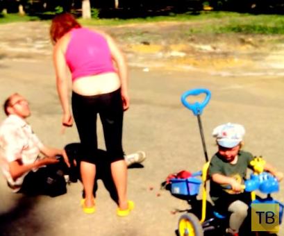 Пьяная семейка гуляет с ребенком... г. Пенза