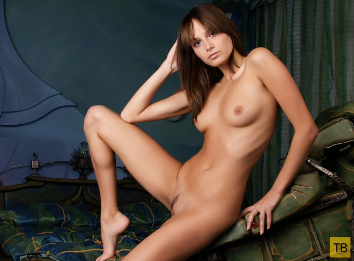 Очень миленькая девушка с красивой фигурой (16 фото)