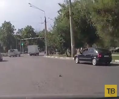 Наглый водитель совершил ДТП и удрал на красный свет... г. Душанбе