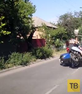 """""""Гонщик"""" на скутере влетел в поворачивающую машину... ДТП в г. Таганрог"""