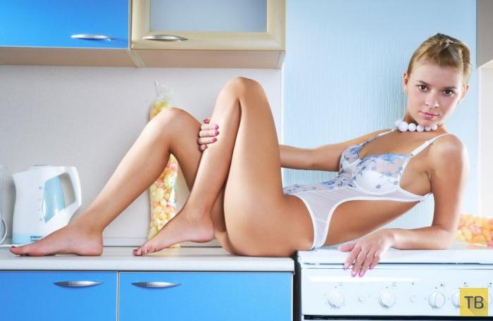 Голенькая милашка на кухне (20 фото)