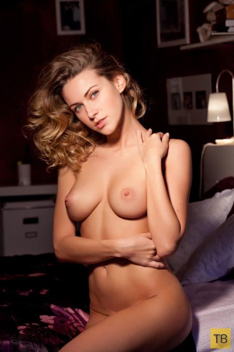 Скромная девушка показывает грудь (19 фото)