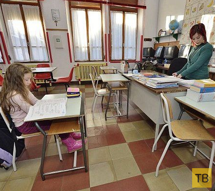 Мини-школа с одной учительницей и одной ученицей (4 фото)