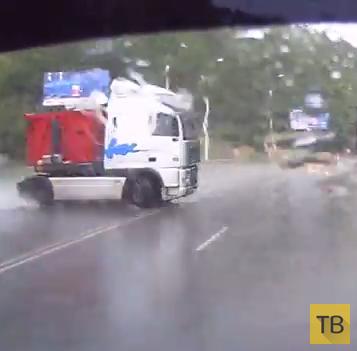 Фуру занесло по мокрой дороге... ДТП на трассе Симферополь-Ялта