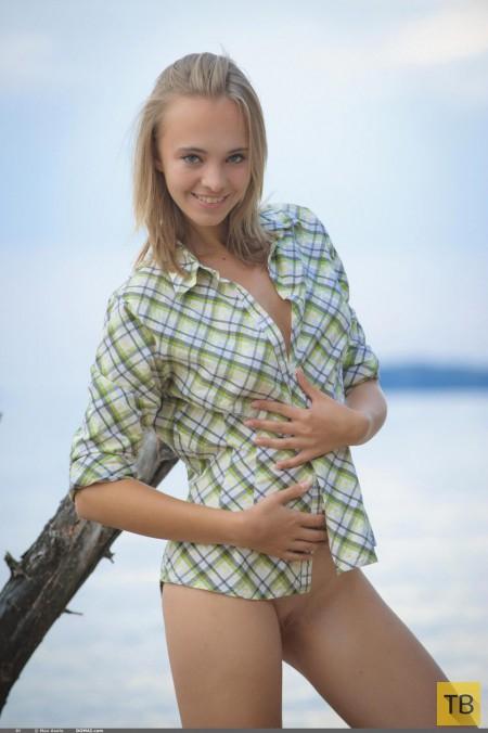 Стройная очаровательная блондинка на берегу (17 фото)