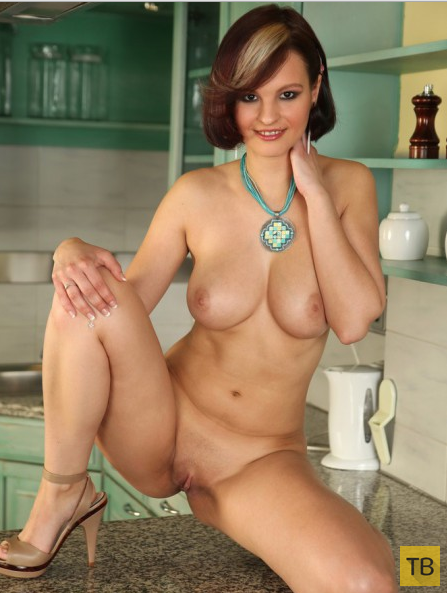 Сисястая брюнетка на кухне (21 фото)