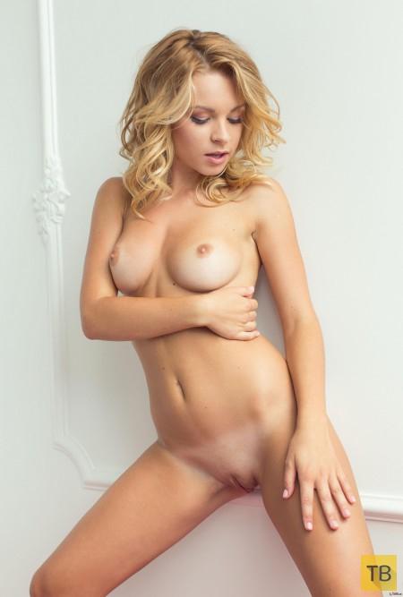 Соблазнительная блондинка с упругими сиськами (19 фото)