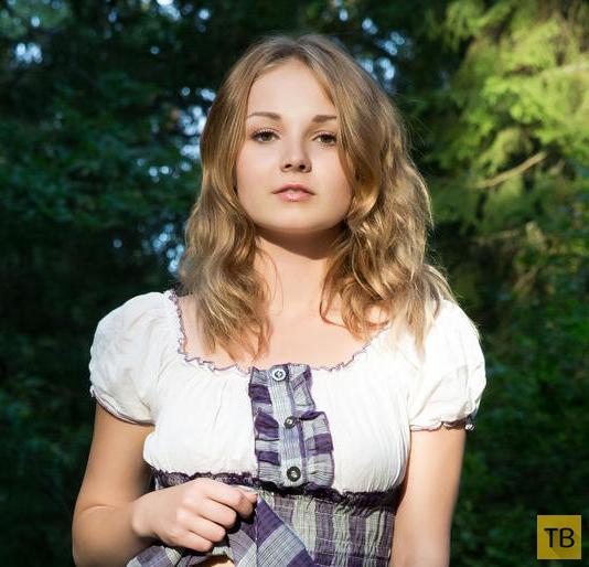Миленькая девушка в лесу (15 фото)