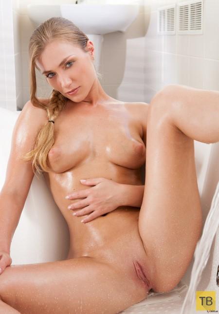 Натуральная блондинка с симпатичными сиськами (14 фото)
