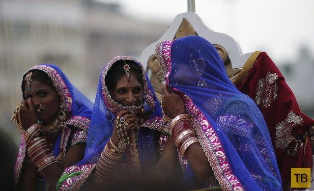 Массовая свадебная церемония в Нью-Дели (15 фото)