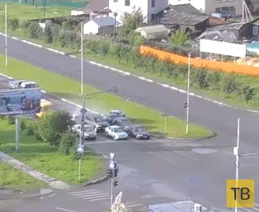 Scoda Octavia врезалась в стоящие на светофоре машины... ДТП с участием 8 машин в г. Нижний Тагил