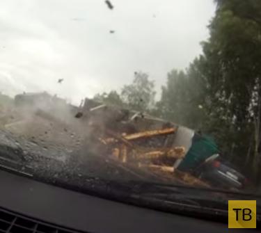 Лесовоз с пробитым колесом вылетел на встречку... ДТП на трассе Рига - Даугавпилс