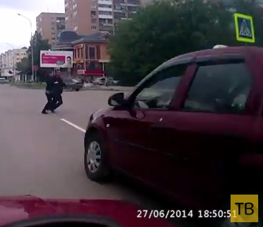 """Таксист на """"Renault Logan"""" не уступил дорогу и чуть не сбил людей на пешеходном переходе... ДТП в г. Йошкар-Ола"""