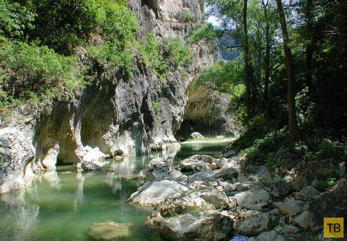 Природная достопримечательность Италии - ущелье Фрасасси (7 фото)