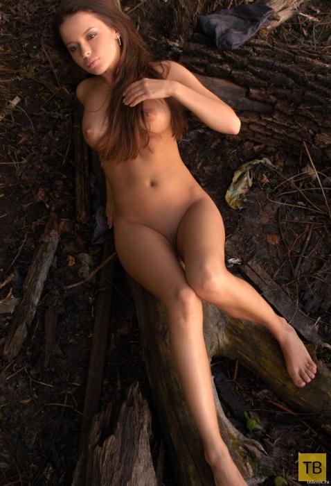 Красивая девушка с большими губами и упругой грудью (16 фото)
