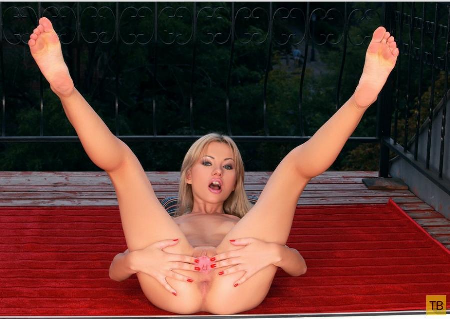 Миниатюрная блондинка с маленькими сисями и красивой фигуркой (13 фото)