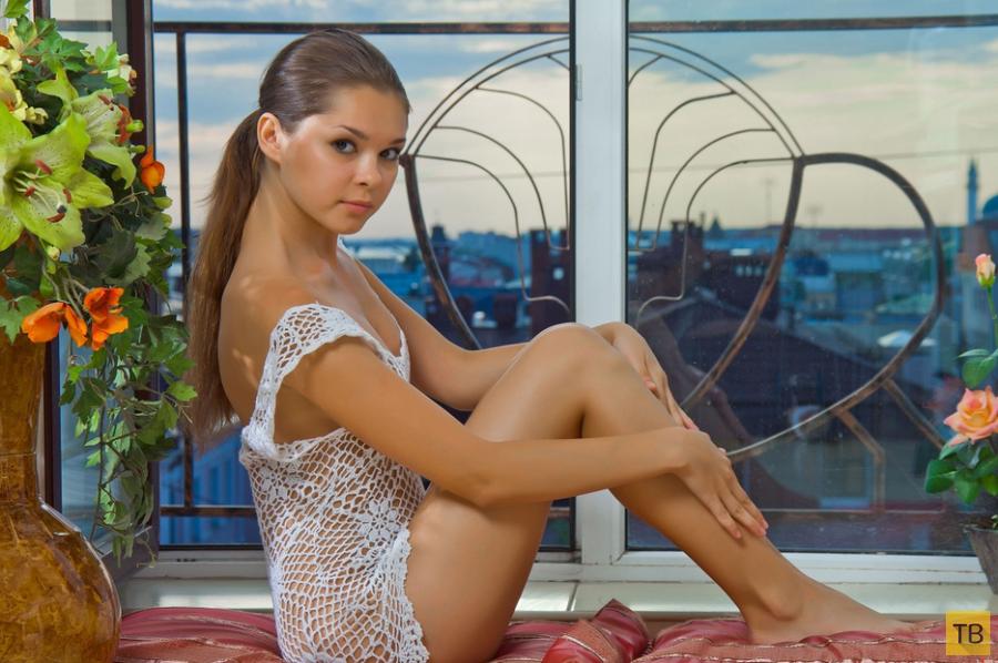 Миленькая девушка с красивыми сисями и упругой попкой (17 фото)