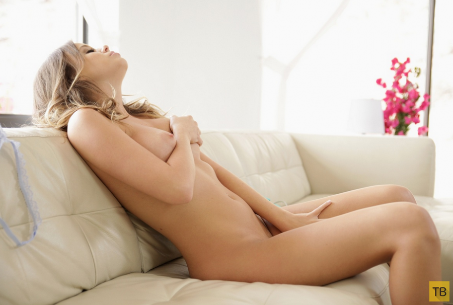 Миленькая девушка с красивыми натуральными сиськами (15 фото)