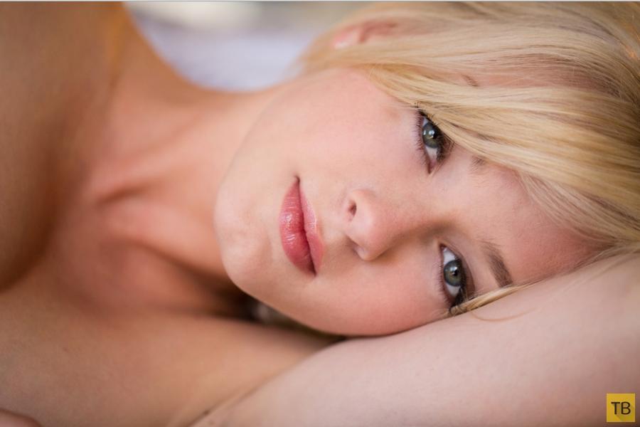 Блондинка с красивой грудью (19 фото)