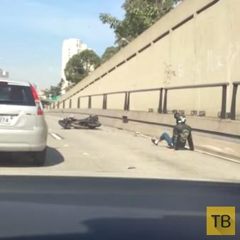 Мотоциклист пытался отомстить подрезавшему водителю и упал...