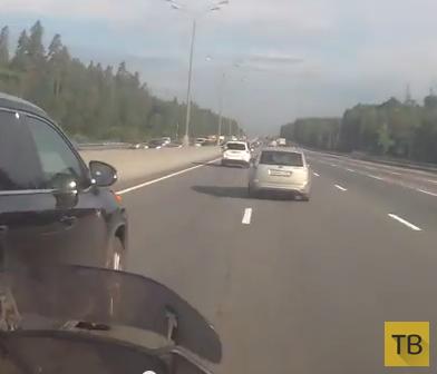 """Водитель """"Toyota HightLander"""" повернул, не глядя, сбил мотоциклиста и уехал... ДТП в Московской области"""