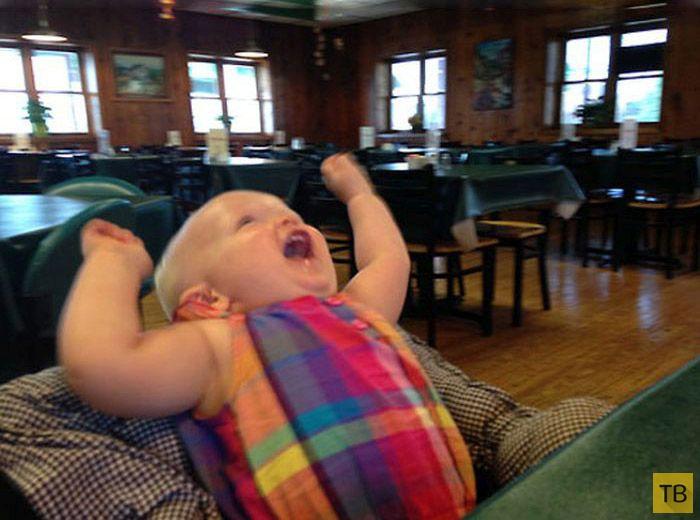 Позитив: Малыш впервые пробует кекс (5 фото)