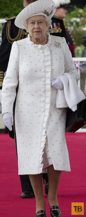 Британская королева 50 лет носит одинаковые туфли (15 фото)