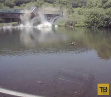 """Жесть!!! Погиб водитель... Микроавтобус """"Toyota Town Ace"""" упал с моста в реку, ДТП  у села Кроуновка, под г. Уссурийск, Приморский край"""