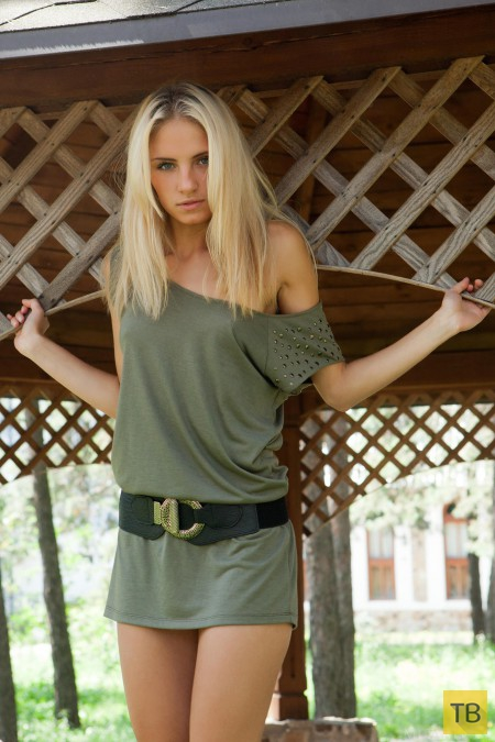 Симпатичная блондинка в откровенной фотосессии (13 фото)