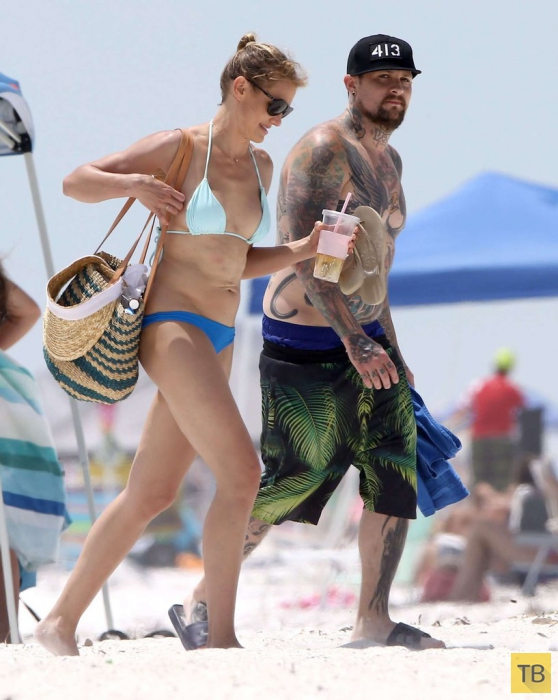 Кэмерон Диаз в синем бикини на пляже Флориды (11 фото)