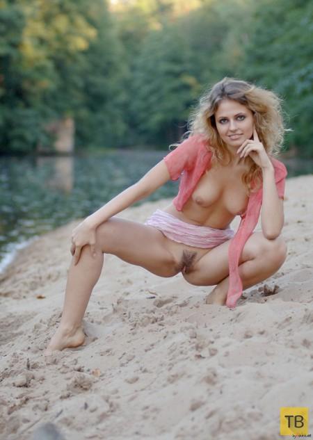 Откровенная блондинка на берегу (15 фото)